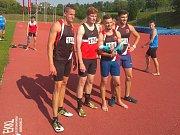 Kvarteto Spartaku Třebíč (zleva Růžička, Sekyra, Urban a Svoboda) běželo v pražském Edenu v závěru první ligy štafetu 4x400 m jako sólo závod.