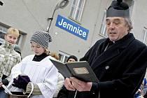 Stovky lidí se v Jemnici přišly na Silvestra odpoledne rozloučit s posledním vlakem.