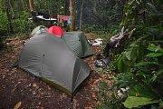 Tábor uprostřed pralesa.