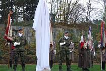 Sochu národního hrdiny Josefa Jiřího Švece v sobotu odpoledne s velkou slávou odhalili v Třebíči.