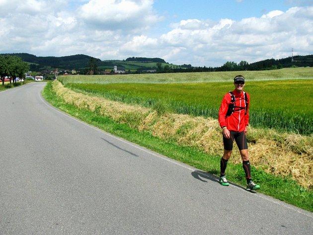 Třebíčský extrémní sportovec Štěpán Dvořák na trati svého dosud nejnáročnějšího podniku. Vydal se na dvousetkilometrový nonstop běh z Prahy do Třebíče. Jeho cesta vedla převážně terénem, klikatila se kolem dálnice D1 a Sázavy přes Humpolec až do Poušova.