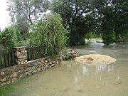 Povodně v roce 2002 na Třebíčsku. Rozvodněná řeka Rokytná.