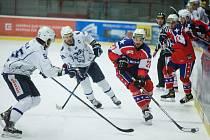 Třebíčský celek (v červeném) má formu. Sedmou výhru v řadě si připsal na ledě v Šumperku.