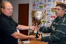 Vítězem se letos stali hokejisté Horácké Slavie Třebíč, jejichž trenér Kamil Pokorný (na snímku vpravo) převzal vítěznou trofej z rukou sekretáře KS ČSLH Antonína Micky.