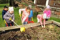 Děti pomáhaly přírodě. Uklízely, hrabaly a zalévaly zasázené keříky