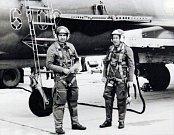 Před letem. Velitel 20. stíhacího bombardovacího leteckého pluku pplk. Janiš (vlevo) a jeho budoucí nástupce mjr. Císař. Právě se chystají na výcvikový přeškolovací let na stroji Su-22 UM-3K.