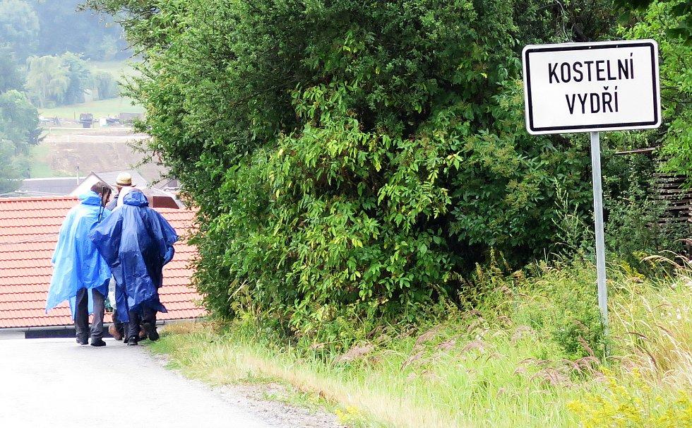 Do Kostelního Vydří přišli poutníci za hustého deště.