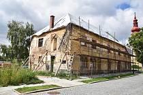 Bývalý hostinec na návsi v Dalešicích prochází rozsáhlou obnovou.