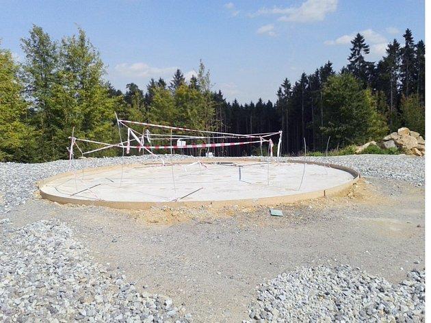 I rozhlednu na Pekelném kopci staví firma Kapucín.