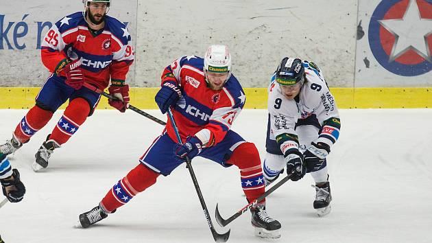 Třebíčští hokejisté (v červeném) v závěrečné části zkolabovali. Benátky čtyřmi góly zápas otočily.