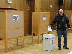 Volební okrsek číslo 14 v Třebíči je ve Fóru. Volit přišel také Michal Kožina, hlas dal Jiřímu Drahošovi.