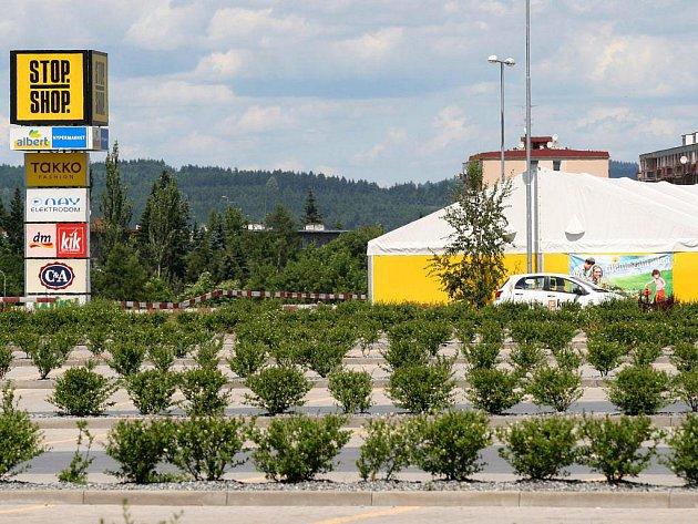 Nákupní centrum Stop Shop je pořád rozestavěné.  Do konce srpna vznikne zeď, která zpevní svah pod výpadovkou na Jaroměřice. Pod srázem bude prostor pro stavbu hobbymarketu. Zdarma do areálu zajíždějí autobusy z autobusového nádraží.