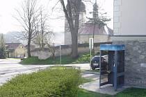 Odtud volal. Telefonní budka ve Vyskytné nad Jihlavou, odkud v pátek anonym oznámil uložení bomby na záchranné službě, je v centru obce. Policie po pachateli zatím marně pátrá