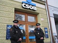 Dnes ve 14:45 přepadl banku ČSOB v Třebíči muž se zbraní v ruce. Policisté hlídají místo činu.