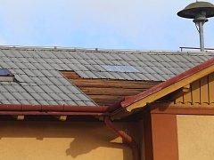 Vítr utrhl střechu výpravní budovy na železničním nádraží v Moravských Budějovicích.
