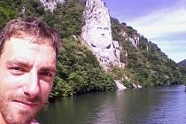Socha dáckého náčelníka je vytesaná do skály u Dunaje zhruba na půl cesty mezi Oršavou a Eibentálem.
