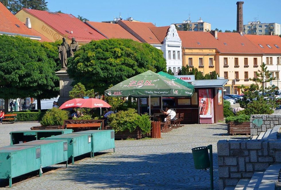 Sousoší sv. Cyrila a Metoděje ještě před rekonstrukcí Karlova náměstí i s oblíbeným stánkem s občerstvením.
