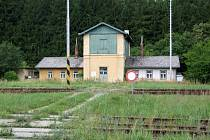Jedním z objektů, které nabízí České dráhy k prodeji je i budova vodárny ve Starči. K budovám, na kterých se podepsal zub času, je přístupová cesta přes nádraží.