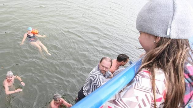 Třebíčští otužilci využili plavbu lodí Horácko ke koupeli v Dalešické přehradě.