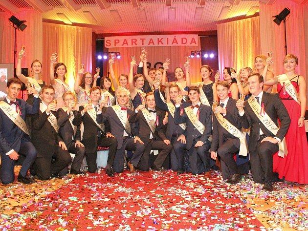 Pestrobarevný maturitní ples nabídl i spartakiádu. Podívejte se