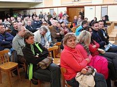 Obyvatelé Myslibořic na setkání se zástupci SÚRAO o hlubinném jaderném úložišti.