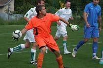 Přibyslavičtí fotbalisté (v bílém) i se svým brankářem Šimečkem dokázali obrat o body vedoucí tým I. B třídy Telč a dokonce sahali i po vítězství
