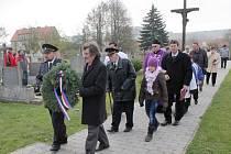 Pomník obětem války a komunismu v Domamili.