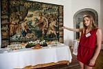 Žáci ZŠ Komenského, provádějí návštěvníky zámku v Náměšti nad Oslavou.