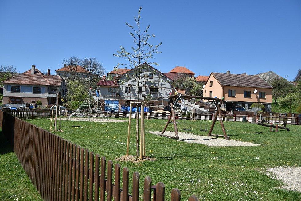 Dětské hřiště vedle workoutového hřiště.