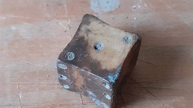 Středověké mince, odznak nebo hrací kostka. Karlovo náměstí vydalo další poklady