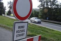 Uzavřená je také cesta na Hostákov. Objízdná trasa proto vede přes Číměř.