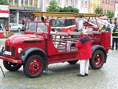Historické auto heraltických hasičů.