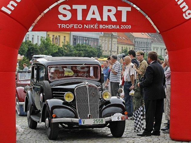 Historické automobily, které projedou ve třech etapách, v nichž urazí celkem 444 kilometrů, Vysočinu, odstartovaly v pátek dopoledne z Karlova náměstí v Třebíči.