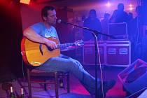 Svérázný severočeský písničkář v sobotu vystoupil v moravskobudějovickém Pogo baru.