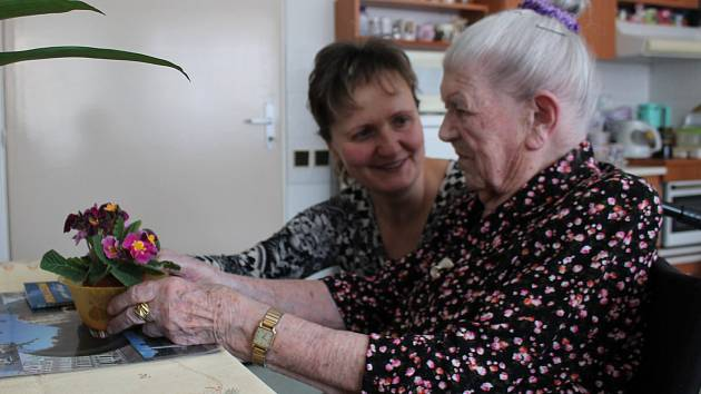 Paní Blaženě Šedé z Nového Města na Moravě je 101 let. Na snímku je s ředitelkou pečovatelského domu Hanou Janů.
