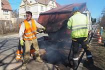 V Třebíči nechává radniční odbor dopravy díry v silnicích opravit trvanlivou metodou.