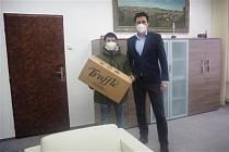 l Nguyen Anh Tu z vietnamské komunity v Třebíči daroval radnici 500 respirátorů třídy FFP2.