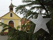 První vánoční strom svítí na Třebíčsku ve Slavěticích. Zároveň s tím se na místě uskutečnil koncert zpěváka Bohouše Josefa. Spolu s ním vystoupila zpěvačka Anežka Binková a také děti ze souboru Hrotovčánek ze Základní školy V Hrotovicích.