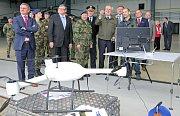Prezident navštívil leteckou základnu u Sedlece, kde si prohlédl výzbroj vojáků a nahlédl také do dvou bojových vrtulníků. U jednoho z nich si vyzkoušel i střelbu z kulometu.