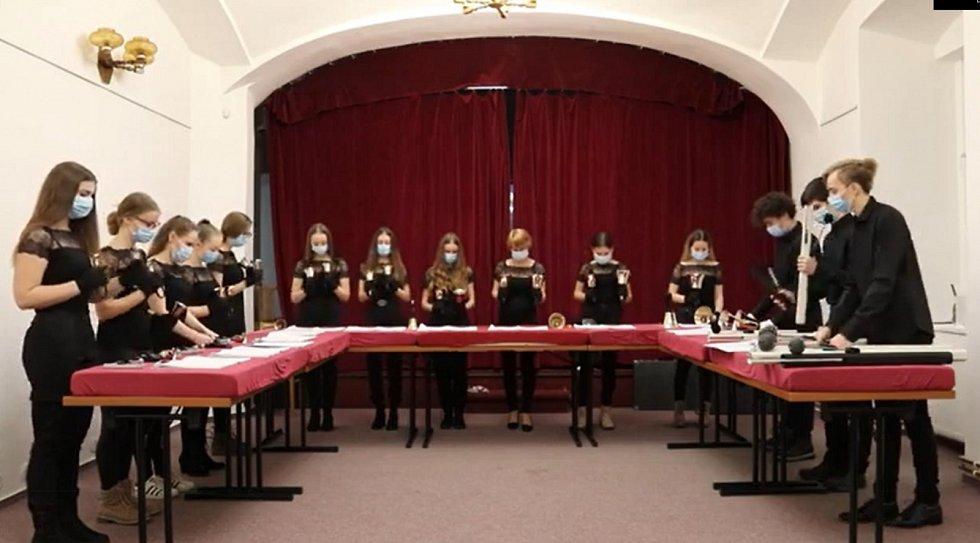 Studenti ZUŠ v Hrotovicích se v rámci své výuky učí hrát i na ruční zvonky.