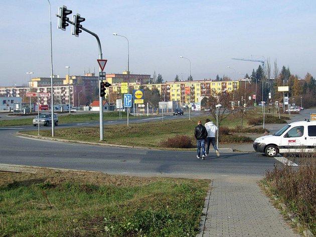 Kdy se lidé dočkají pořádného přechodu pro chodce přes ulici Spojovací v Třebíči. Letos už to patrně nebude, možná počátkem příštího roku, pokud se všichni zúčastnění dohodnou.