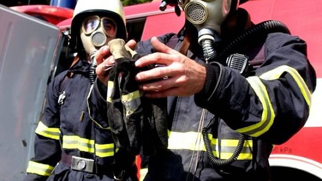 JE NUTNÉ VYBĚHNOUT 24 METRŮ VYSOKO. Skoro tři sta metrů hadic museli hasiči vytáhnout na půdu zámku.