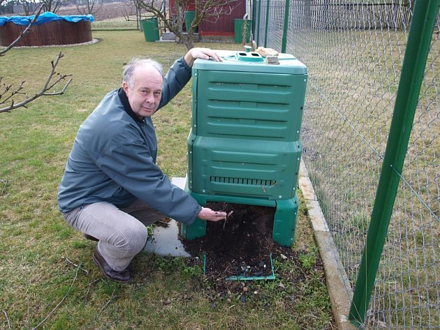 Starosta Mohelna Jiří Kostelník ukazuje jeden ze svých kompostérů. Několikrát do roka z něj pro svou zahrádku vybírá kvalitní kompost. Podobný kompostér dostane na likvidaci bioodpadu každá domácnost v městysi.