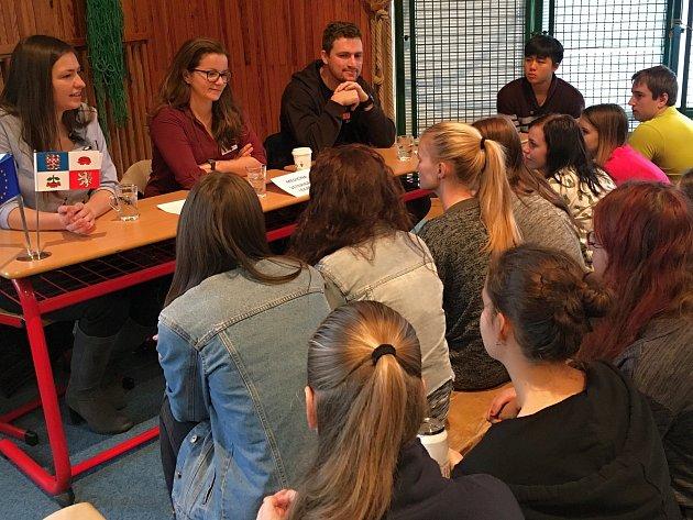 Setkání studentů třebíčského gymnázia s absolventy školy.