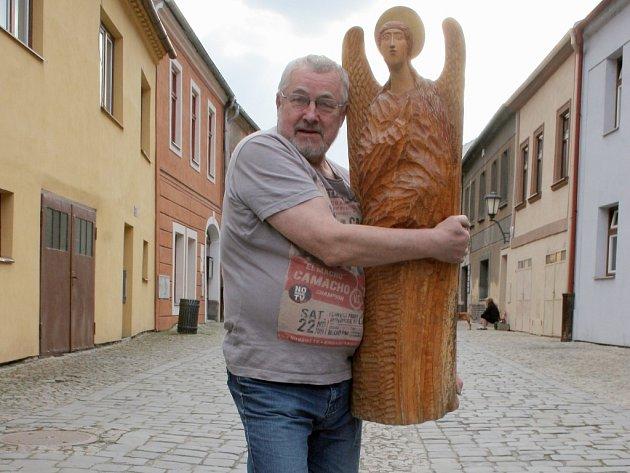 Boris Kjulleněn se věnuje také řezbářství. Sochu Archanděla Gabriela vyřezal ze dřeva staré lípy.