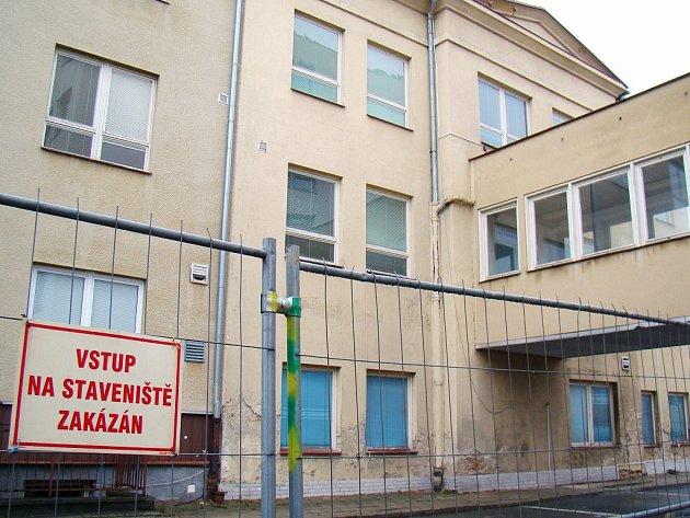 Nejstarší pavilon třebíčské nemocnice půjde k zemi. Na jeho místě vyroste nový pavilon chirurgických oborů. Dělníci zahájili práce tento týden.