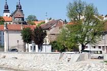 """Protipovodňové zdi se těsně dotýkají centrálního území města s židovskou čtvrtí zapsanou do světového seznamu památek UNESCO. Úpravy podle starosty Třebíče Pavla Heřmana """"zatím nevypadají nejhůř""""."""