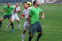 Fotbalisté Náměště-Vícenic (v zeleném) ovládli derby v Třebíči. Juniorka HFK držela krok jen poločas.
