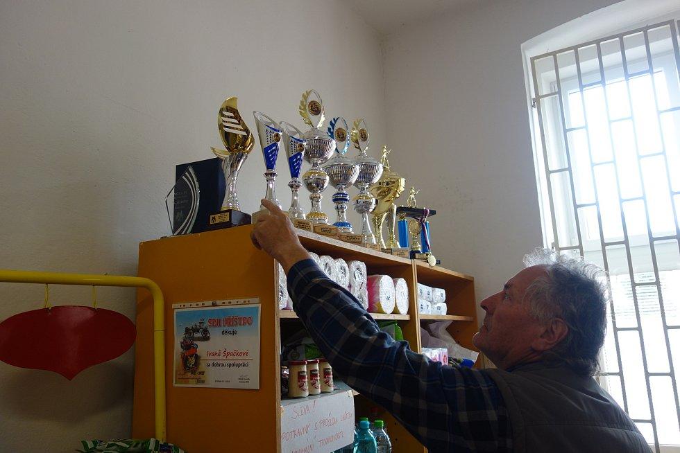 Příštpo si samo přes dvacet let provozuje vlastní obchod ve společném objektu s obecním úřadem. Obec tam zaměstnává prodavačku Ivanu Špačkovou. Na jedné polici jsou trofeje zdejších hasičů, ukazuje je starosta Antonín Vítámvás.
