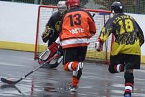Jeden útok za druhým se v derby 9. kola Moravské hokejbalové ligy valil na domácí branku. Lídr soutěže Flyers Jihlava vysoko porazil Slzu Třebíč (v černém) na jejím hřišti.